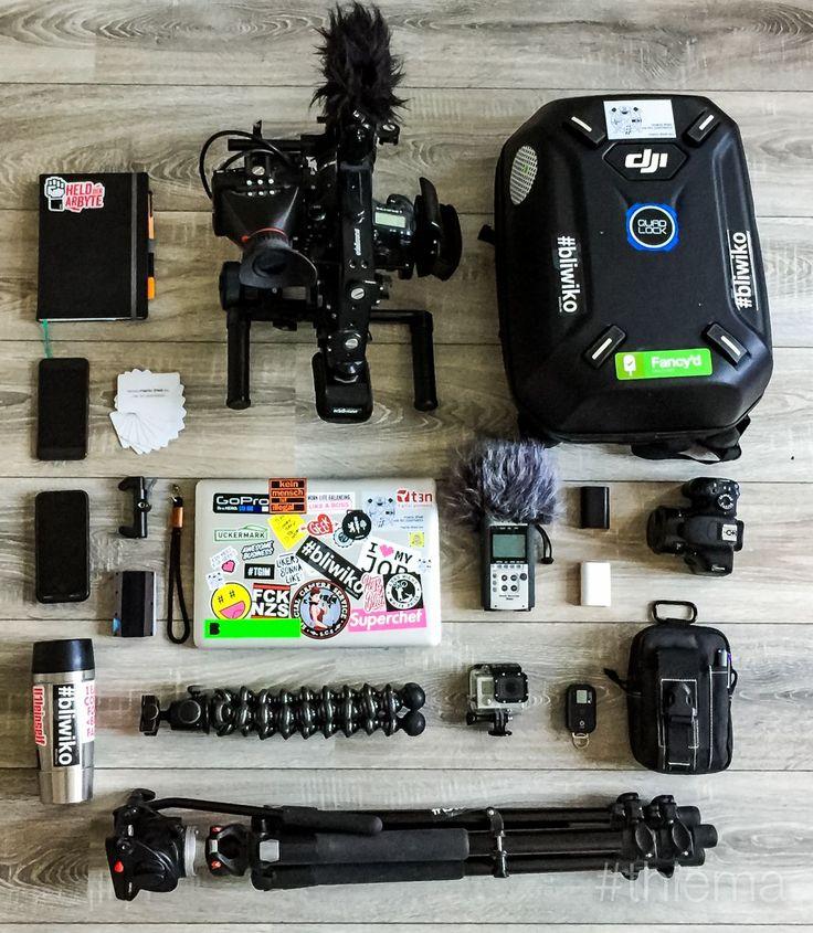 Mein Wochenend-Gepäck ;)  - Notizbuch Klarheit - Canon 7D auf Edelkrone Schulterrig, Rode VideoMic Pro - DJI Phantom 3 Pro - Google Pixel - Visitenkarten - Apple iPhone 7 und Batterycase - the Glif + Handschlaufe - Macbook Pro - Zoom H4N - Akkus für die 7D - Canon 550D und 50mm 1.8 - Emsa Travelmug - The Ridge (mein Portemonnaie) - Gorillapod - GoPro Hero 3 und Fernbedienung - Tasche von OneTigris - Manfrotto Stativ und Videoneiger