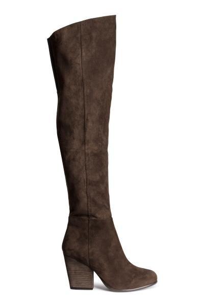 Stivali al ginocchio: Stivali al ginocchio in finto camoscio. Mezza cerniera sul lato ed elastico in alto. Tacco circa 9,5 cm, suola in gomma.