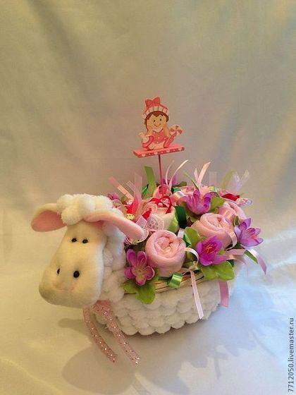овечка розовая бэби-корзина бэби-букет букет из детской одежды оригинальный подарок для девочки для молодой мамы подарок на крестины на день рождения оригинальный подарок год Овечки