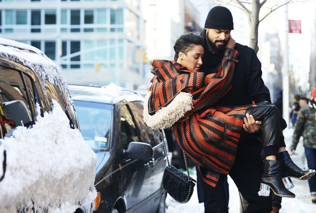 Tyson Chandler carries wife in for NY Fashion Week #chilvary