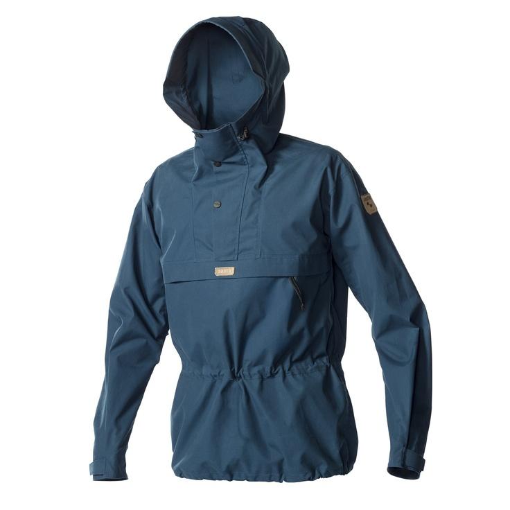 Sasta Pallas anorakki on tunturiretkeilijän takki, vahvaa ja tuulta ja vettä hylkivää puuvillasekoitekangasta.