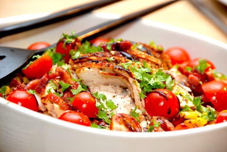Her er opskriften på en både let og lækker kyllingesalat, der er fyldt med stegt kylling, bacon, spidskål og andre lækre råvarer. Kyllingesalat er en af mine favoritter, fordi salaten er både sund og nem at