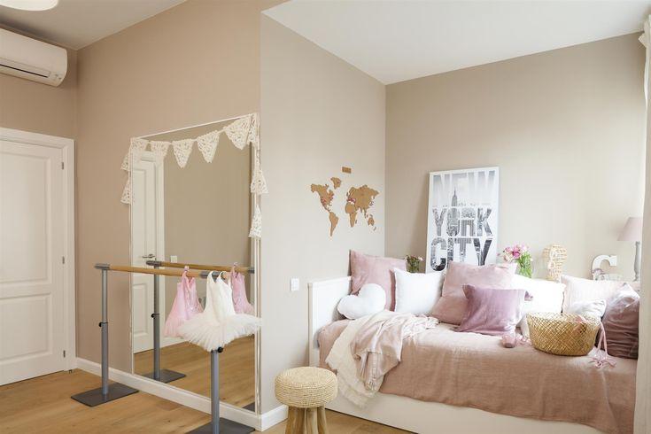 MG 5636. Dormitorio infantil en beige y rosa con muchos cojines sobre la cama y espejo con barra de ballet_MG 5636