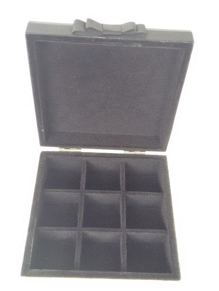 Porta Joias em mdf decorada com decoupagem e pintura, com detalhes em apliques dourados e decorada com fita de gorgurão. Caixa flocada em preto com nove divisões internas para organizar as joias.