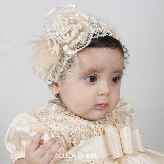 Tiara ideal para después de la ceremonia religiosa. Se recomienda como accesorio adicional a cualquier modelo en color Perla de nuestra colección de Ropones para bautizo de Niña.