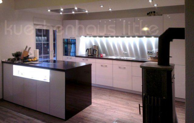 offene Küche zum Wohnbereich, weiß hochglänzend, Arbeitsplatten Granit, Rückwand Edelstahl  #livingroom #openkitchen