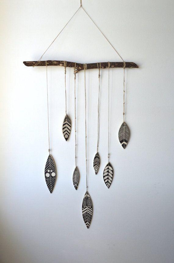 Cerámica plumas atadas con cáñamo, colgado de rama de árbol natural talladas a mano. Medidas de rama 15-17 pulgadas, caída de plumas cerámica 24-26