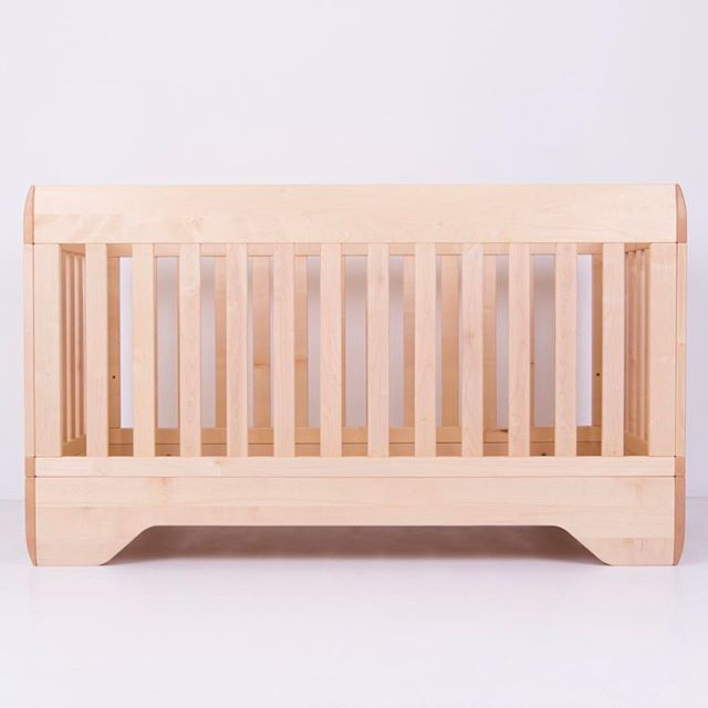 The Echo Crib from @kalonstudios. This is a solid crib, made from 100% sustainable maple with gently sculpted surfaces. The crib has 2 mattress heights - and a base, which turns into a toddler bed simply by removing one or all four sides | DKK 8999. Shop link in bio.  #studiominishop #kalonstudios #echocrib #woodencrib #nursery #nurserydecor #babyværelse #babyseng #tremmeseng #babyinteriør