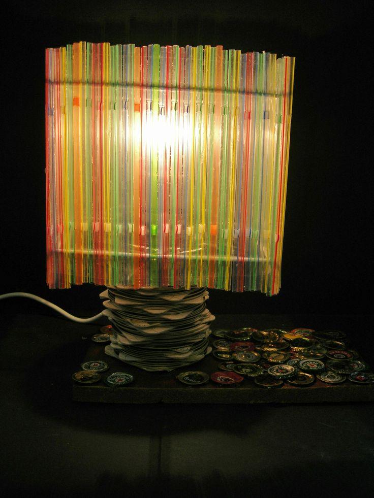 Een Lamp Gemaakt Van Afvalmaterialen Rietjes Bierviltjes