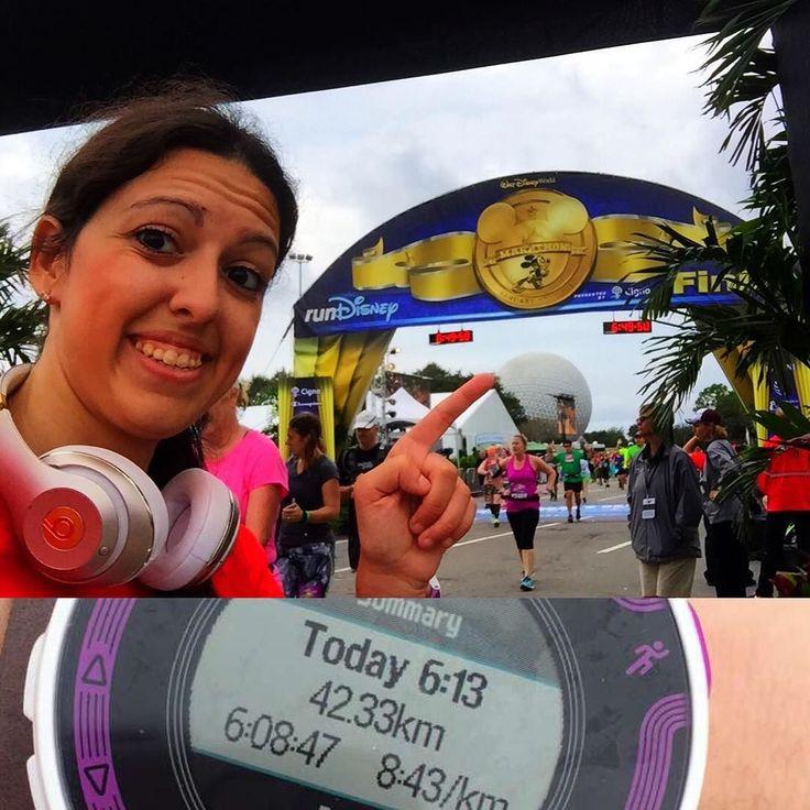 A medalha mais sofrida da minha vida! Completei hoje 42KM de corrida em pouco mais de 6 horas. Estava tudo lindo até o KM 27 mas daí do nada senti uma dor forte atrás do joelho esquerdo e achei imprudente correr na mesma velocidade de antes. Diminuí mas ainda não estava dando para continuar sem receio de machucar as pernas. Achei que minha corrida tinha terminando ali. Andei a passos de cágados por quase 4KM e finalmente encontrei forças para correr de novo lá pelo KM 31. No KM 40 voltou a…