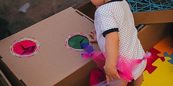 Faça você mesmo: estação de caixas sensoriais para bebês