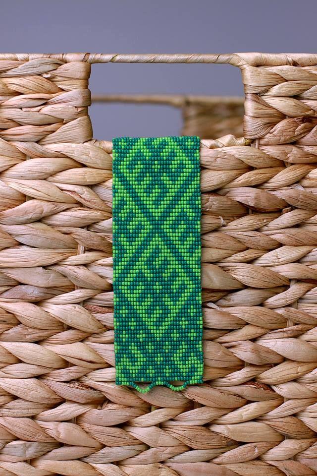 Pērļota rokassprādze ar Ūsiņa zīmi.  Loom beaded bracelet with latvian sign Ūsiņš.