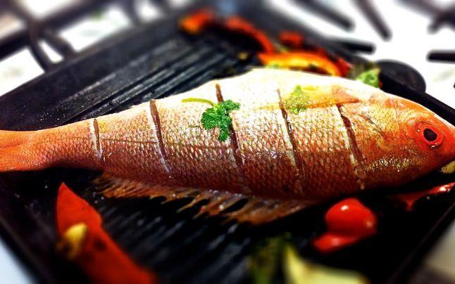 Peştele se prepară la o temperatură înaltă şi se ţine puţin pe grătar FOTO: eatinginstead.com