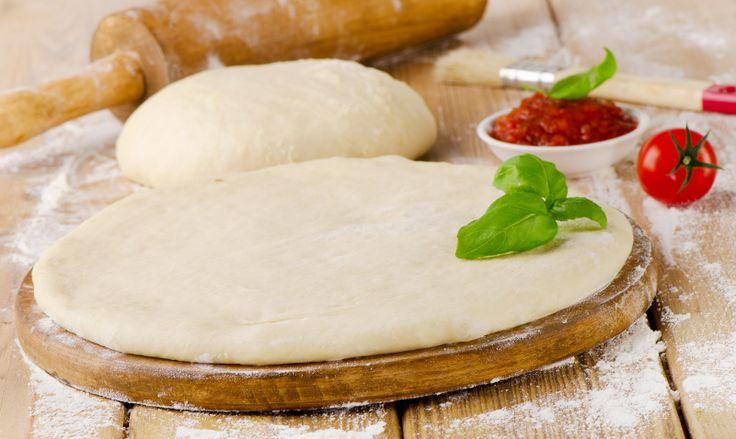 Apprenez comment cuisiner votre propre pâte à pizza maison que vous pourrez garnir comme vous le désirez.