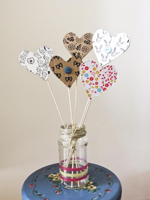 Voor moederdag gemaakt met cardboard, papier, stempels en knopen