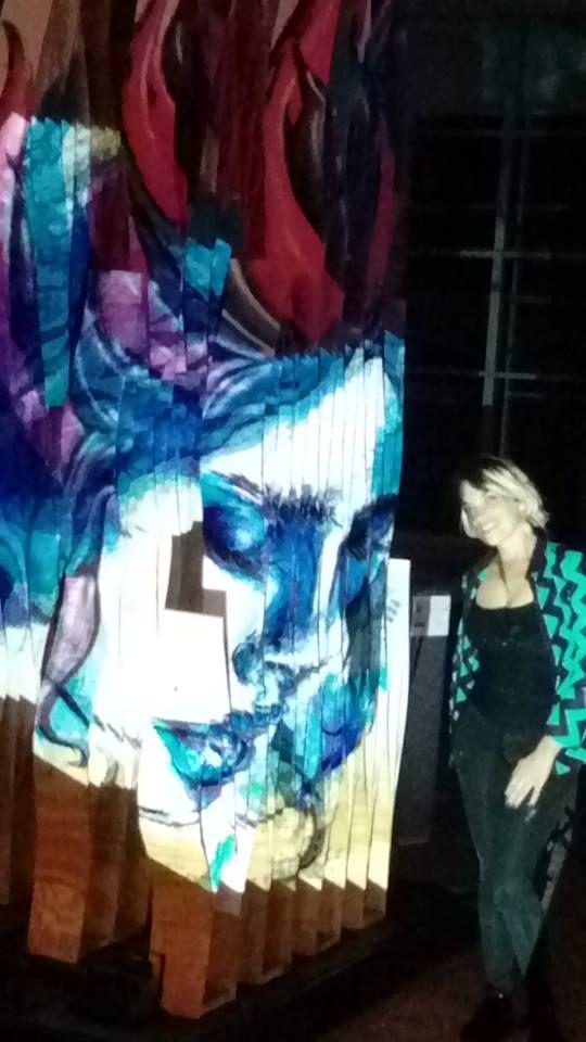 Escultura sinusoidal de Dis. Emilia Hiriart intervenida por Virginia Vera, Bodypainting