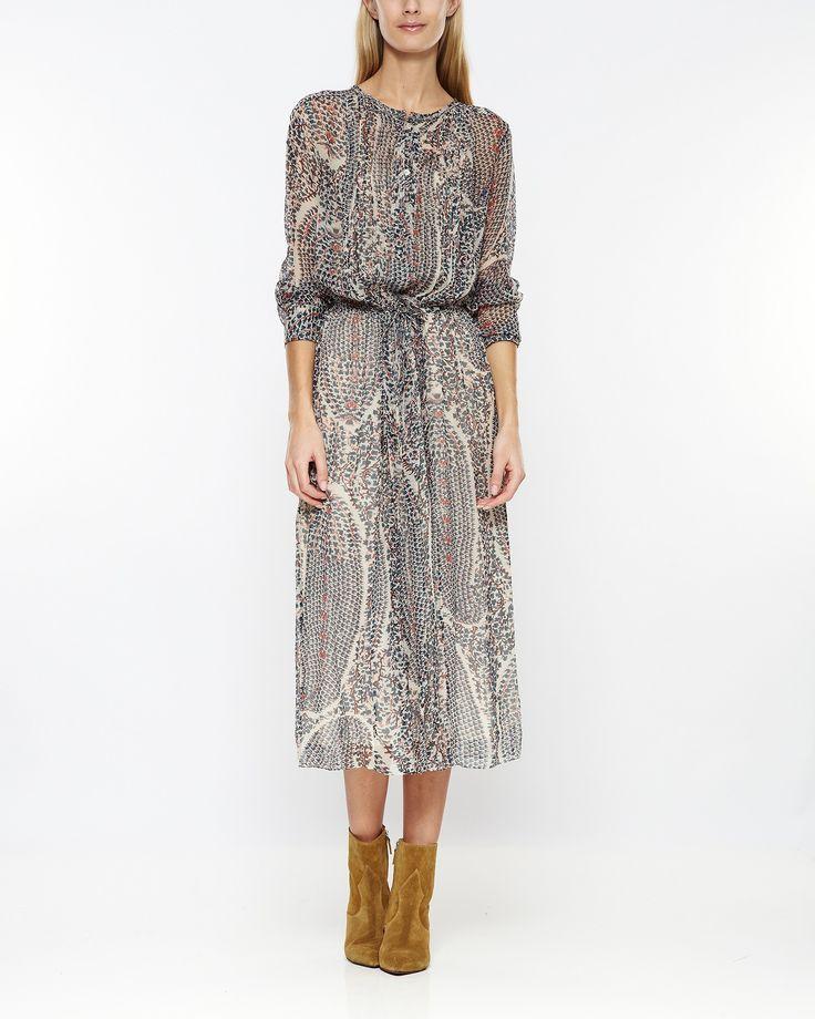 Klänning från Isabel Marant med ett underbart bohemiskt print. Plisserad fram och med ett tunt snöre för att markera midjan för en feminin siluett. Tunna lager och material i fin, skir silke som ger fint fall i klänningen. Matcha med ett par sandaler.