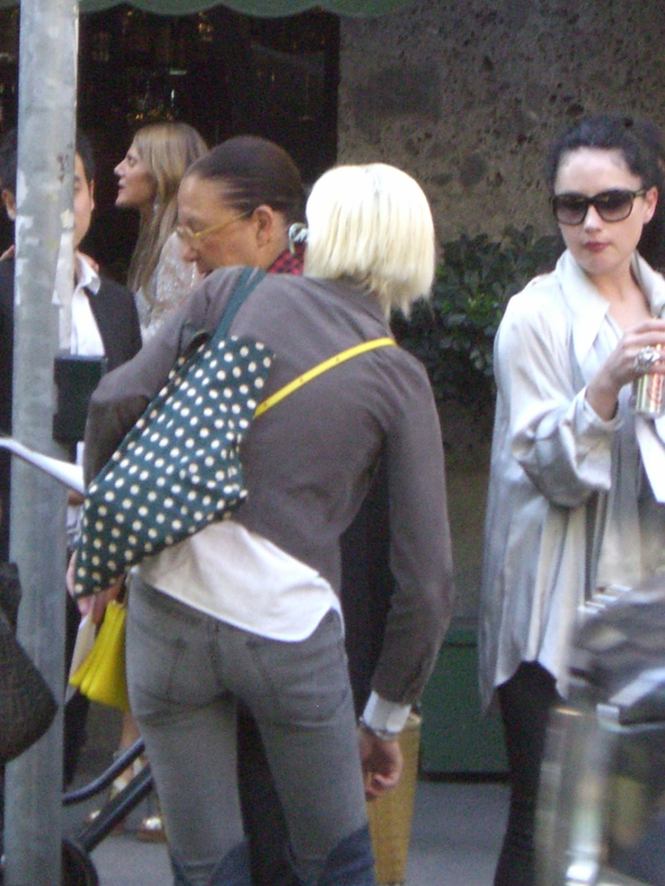 Waiting... YELLOW MOOD :-) D&G, Viale Piave, Milan - 22 september 2011 #MilanFashionWeek #D&G #Yellow Ph. Cristiana Stradella/FiloAgoGo