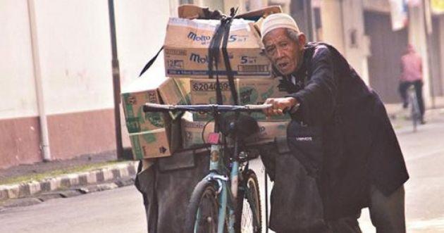 Pantang Menyerah, Kakek 103 Tahun Ini Mencari Rezeki dengan Sepeda Tuanya