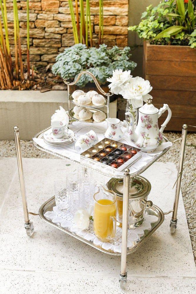Tania Bulhões criou um carrinho em prata com dois andares e muito charme! Nele, montamos uma estação de chá da tarde com a linda louça daColeção Ilha das Floreseoutras peças em prata e cristal,na área externa de nossa casa.