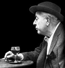 Jacques Prévert (1900-1977), est un poète et scénariste français. Auteur d'un premier succès, un recueil de poèmes, Paroles, il devint un poète populaire grâce à son langage familier et ses jeux de mots. Ses poèmes sont depuis lors célèbres dans le monde francophone et massivement appris dans les écoles françaises. Il a également écrit des scénarios pour le cinéma (Les « Enfants du Paradis », le « Crime de Monsieur Lange », « Quai des Brumes », « le Jour se lève »…) #cinema #france #prevert