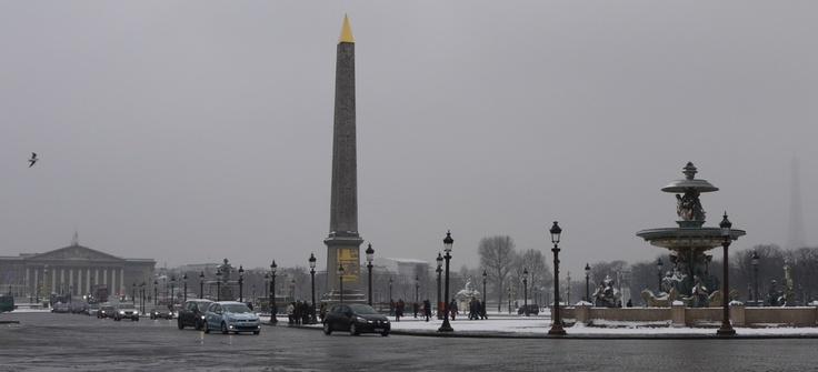 La concorde sous le neige le 19 janvier 2013, la tour Eiffel est cachée dans la brume.