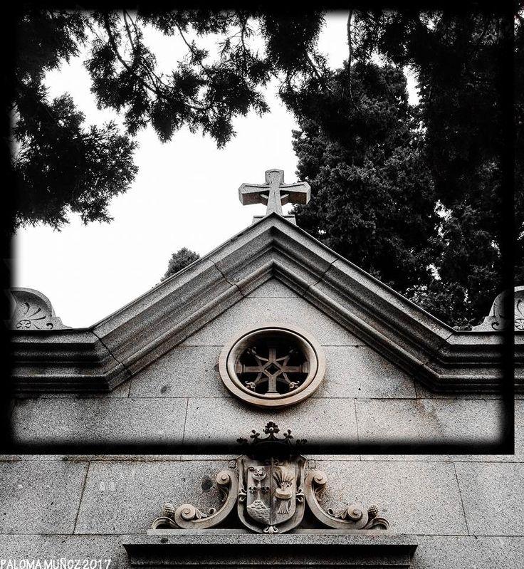 Panteón decorado con escudo nobiliario.  Funeral art Pantheon Decorated with nobiliary shield