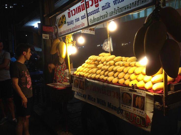 先日投稿したタイの料理カオニャオマムアンマンゴーが食べられる現地タイの人気屋台の風景  一眼で分かるようにちょが付くくらいのインパクトを与えるため中の店員さんの顔がチョロっと見えるくらいまで  マンゴーを積みに積んでいます  これは見逃しようがありません  タイバンコクのトンロー駅南側の駅前屋台の並ぶ一画にあるので機会あれば立ち寄ってみて下さい  気になる料金は標準大人一人前サイズマンゴー一個で約250円80バーツ  Taiwa Sato  #taiwa #cocoacana #コラム  #自然 #観光 #旅行 #旅 #画像 #おすすめ #写真 #ここあかな #人生 #ものの考え方 #目標 #夢 #海外 #海外生活 #海外旅行 #自分磨き #勉強 #人気 #ボランティア #健康 #旅人 #日記 #自分磨き #ここあかな #佐藤 #太和 #enlatierra #感謝 #幸せ