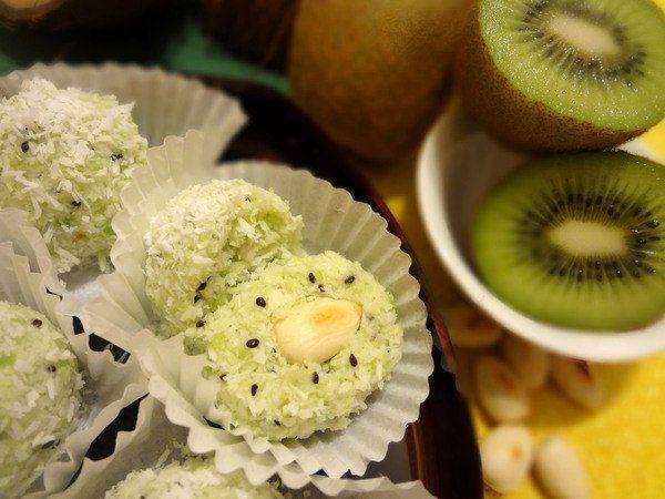 Конфеты могут быть не только вкусными, но и очень полезными — как эти домашние «Рафаэлло» с киви и орехами, которые вы с легкостью приготовите самостоятельно.  Ингредиенты:  3-4 киви 150 г кокосовой стружки для конфет 40 г кокосовой стружки для присыпки 3 ст. л. меда горсть миндаля или фундука  Приготовление:  1. Залейте миндаль кипятком на 20 минут, чтобы освободить орехи от шкурки.  2. Киви очистите и нарежьт�