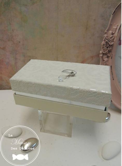 Contenant haut de gamme, prestigieux, ultra élégant, revêtu d'un velours dentelle, agrémenté d'une breloque. Cette boîte de qualité aux finitions irréprochables, semblable à un écrin, est idéale pour contenir des dragées mariage de couleur blanche et argent. Sa qualité fait d'elle un cadeau invité de choix pour vos témoins ou vos proches.  http://www.maison-des-delices.fr/contenants-a-dragees-mariage-boite-209