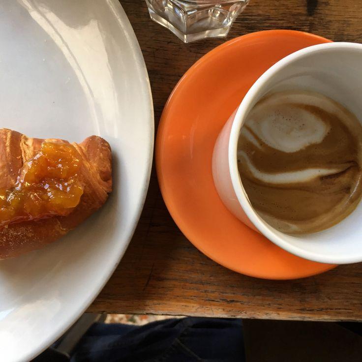 UN BUON CAPOUCCINO DOPO UN GIRETTO IN CENTRO ?? 🏠🚂🏠🚂🏠 . . #saturdaymorning #saturday #saturdaymood #saturdayvibes #cappuccino #beioches #croissant #freshfromtheoven #breakfast #colazioneinbottega