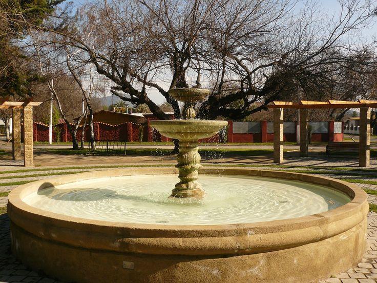 Pileta de la Plaza de Armas de Isla de Maipo, que a diferencia de otras comunas no se encuentra en el centro del pueblo. La plaza del pueblo representa la historia del pueblo.