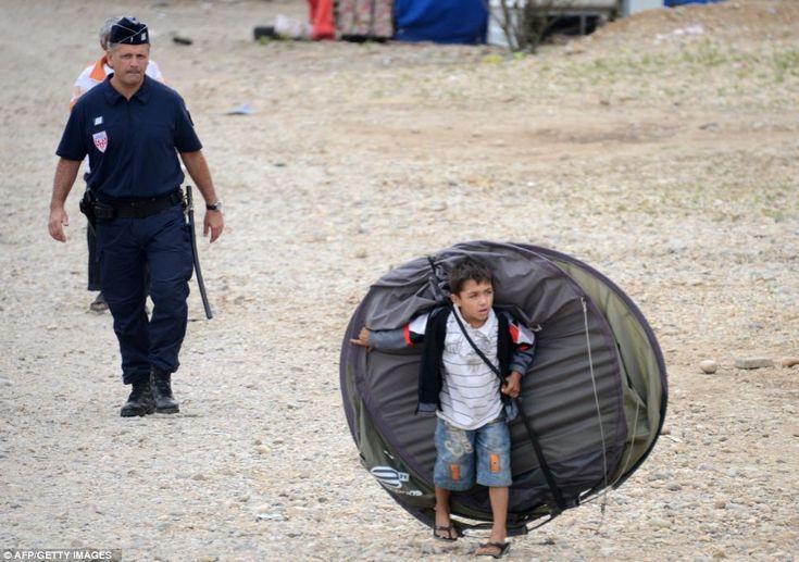 リヨン郊外で、フランス人の警察官に場所を追われたロマの子。 A child from the Roma community leaves a camp after being expelled by French police officers in Saint-Priest, outside Lyon, last August