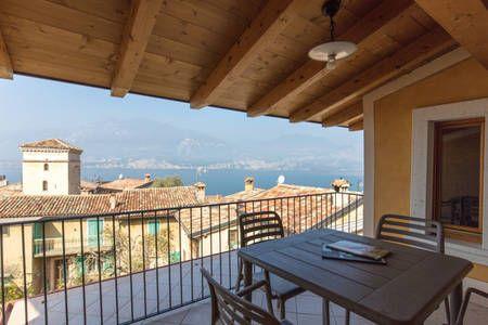 Dai un'occhiata a questo fantastico annuncio su Airbnb: Attic in the centre of ancient Biaza Brenzone - Appartamenti in affitto a Brenzone sul Garda, Veneto, Italia