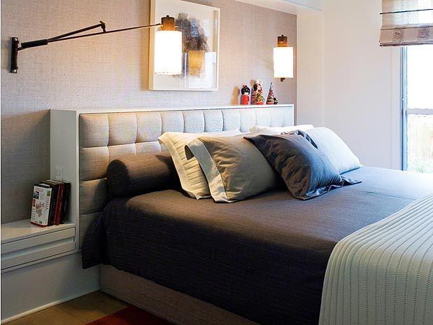 Achei legal a proposta do criado mudo junto com a cabeceira da cama. A arandela com haste móvel também é legal.