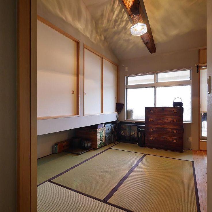 京都の夏  私も学生時代京都で年暮らしていたので京都の夏の暑さと冬の寒さはよく知っています  今までは夏の間上がることもできないほど暑かったという2階のお部屋 今年の夏は厳しかったのでエアコンこそ使用したそうですが階の部屋で過ごして眠ることができましたとのこと 湿気も前のようにひどくないようで断熱や漆喰の効果が出たことにホッとしています  #みゆう設計室 #house #家 #おうち #自然素材 #interior #リノベーション #畳 #和室 #bedroom #照明 #japanesestyle #kyoto