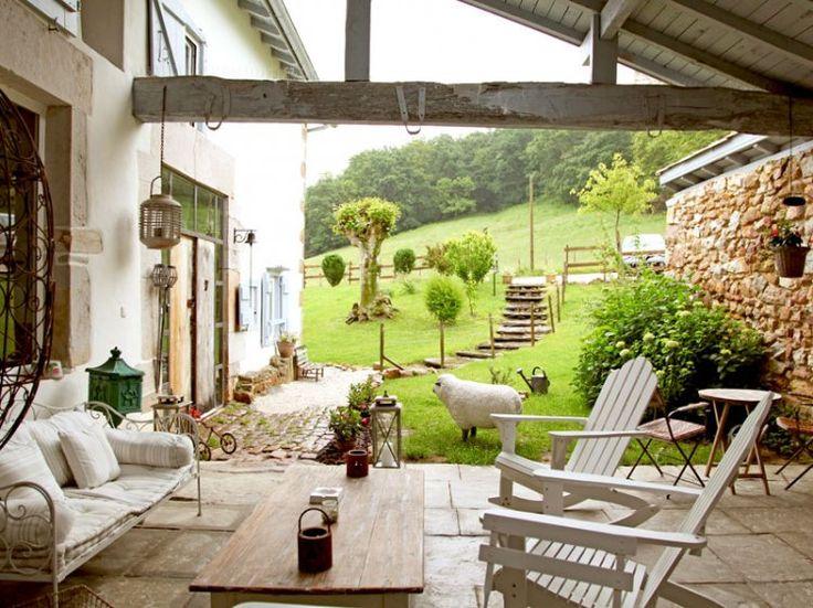 """Au cœur du Pays basque, la Ferme d'Elhorga est une authentique bâtisse du XVIIe siècle, distillant une atmosphère """"brocante"""" soignée et conviviale."""