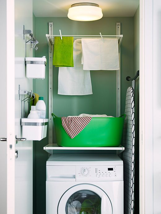 Was-en-droogstation. Zet ongebruikte oppervlakken aan het werk om echt elke centimeter ruimte van je washok te benutten. Geen betere plek voor een droogrek dan boven de wasmachine. De strijkplank zit uit de weg en in de bakjes aan de deur kan je wasmiddelen kwijt.