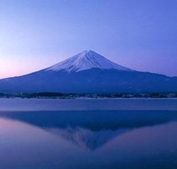 これはきれいな「逆さ富士」  湖面に映る富士山の姿がまた幻想的です。  山梨から見る富士山の醍醐味のひとつですね。    This is [sakasa-Fuji],we call.    Reflected on the lake majestic Mt,Fuji.    Please come to Yamanashi,Japan and see it !!