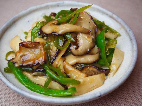 薄切りの椎茸をしっかり目に素揚げしたベーコンもどき。 カリカリに素揚げして、塩をふるだけですが、食感はカリッと焼いたベーコンそっくり! お好みでケチャップを絡めると、色もベーコン風になります素揚げ椎茸を肉がわりにした青椒肉絲風。 カリカリに素揚げした椎茸と、細切りピーマン、たけのこなどを炒め合わせ、酒やしょうゆ、みりんなどで味をつければ出来上がり!