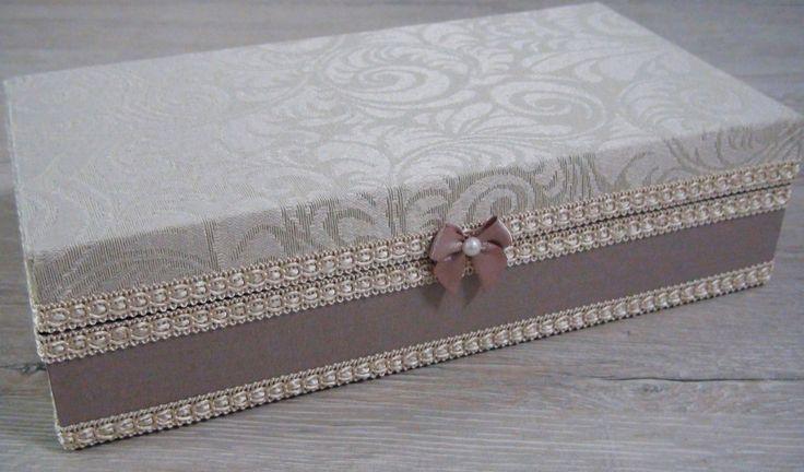 Caixa em MDF forrada com tecido jacquard em sua parte superior e 100% algodão em sua parte inferior. Na sua parte interna possui 8 divisórias e está flocada em preto. Apliques em fita importada.