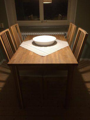 Välbevarat fint, litet matbord i ek, IKEA, samt 4 tillhörande stolar med vit tygsits. Mått på bord ca 120x85x65 cm.