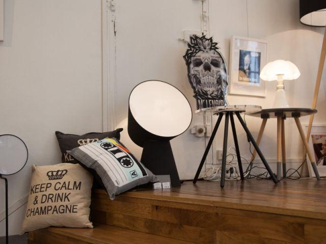 Des chaises modernes en verre acrylique signé Djibril Cissé