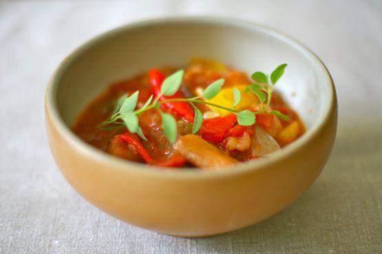 Ratatouille är en klassisk, fransk grönsaksröra med fantastiska smaker. n perfekt röra att servera till kött, kyckling, korv eller tillsammans med färsk pasta.