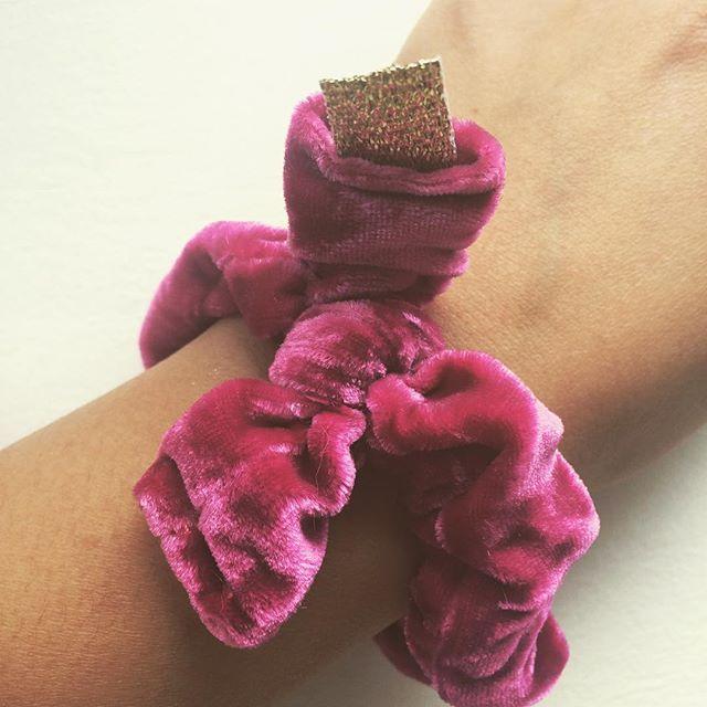 S C R U N C H I E  #pink #scrunchie #bow #licorice #girly #silk #velvet #hair #handmade #gold #tag #emiliethwin #oslo #kampen #grønland #tøyen #grünerløkka