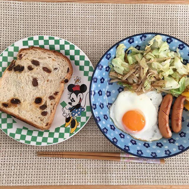 2016/10/31 09:13:45 izuminnie.0923 朝食🕘 『食事中の飲み物はNG』と以前、 ダイエットをしている時にエステの方に言われました。 今日から飲料やめました✌️ ぶどうパンにバターもやめました✌️ #Breakfast #朝食  #husbandcooks #husbandcooking #旦那ごはん #男の料理 #料理男子 #男子ごはん #男飯 #男の手料理 #生後2ヶ月 #乳児 #男の子ベイビー #男の子ママ #健康  #健康