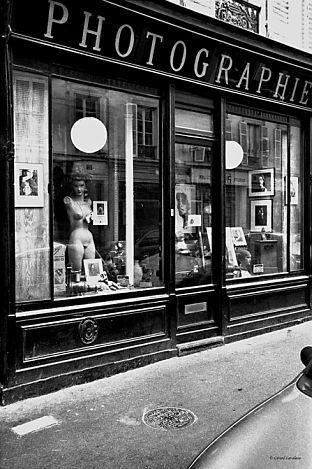 La boutique de photographie du boulevard des Batignolles.. fermée depuis des années, la vitrine est un veritable musée