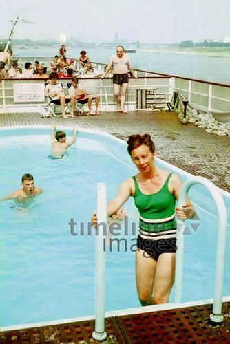 Sommerreise auf dem Rhein Dillo/Timeline Images #1964 #60er #60s #1960er #1960s #Rheinschiff #Pool #Fähre #Bootsfahrt #Boot #Bademode #Badeanzug #Mode #Sommer