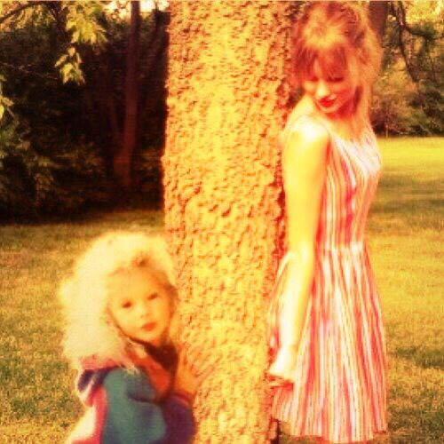 Taylor Swift w/ her childhood self. A very well done Photoshop<3 super cute! Whoever made this did a great job