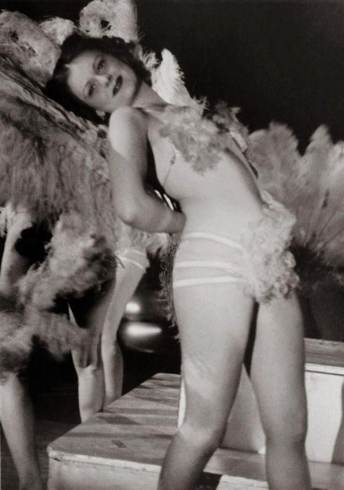 Fotó: Szöllősy Kálmán: Táncosnő az Arizona mulatóban, 1930-as évek, 17,5×12 cm © Magyar Nemzeti Múzeum Történeti Fényképtár